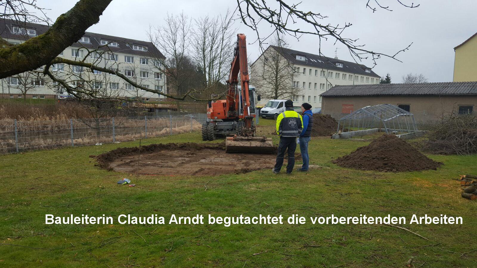 3 Bauleiterin Claudia Arndt begutachtet die vorbereitenden Arbeiten