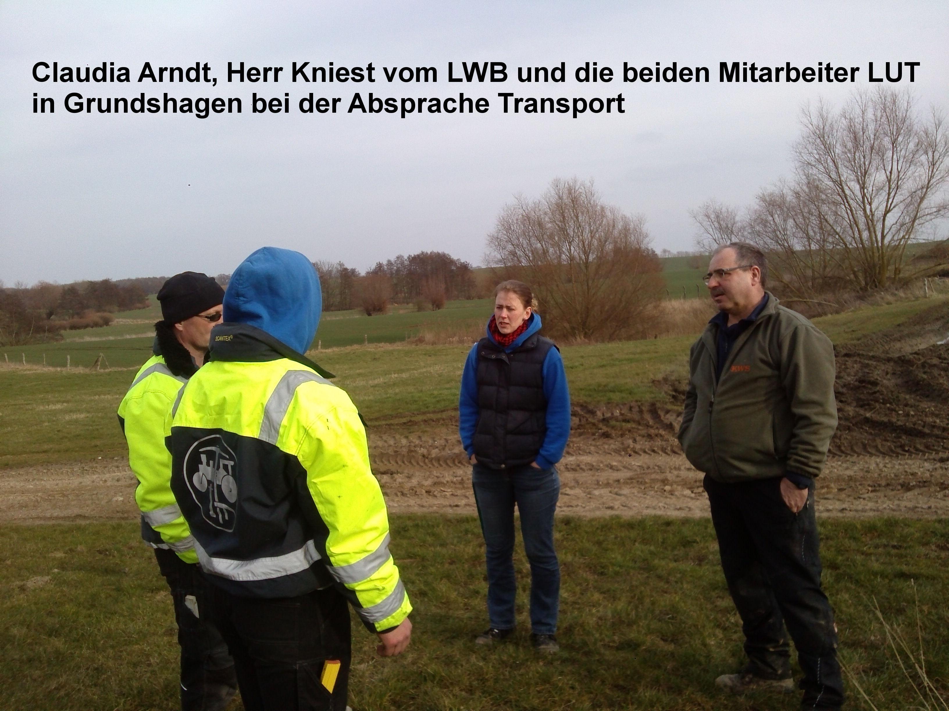 8 Claudia Arndt Herr Kniest vom LWB und die beiden Mitarbeiter LUT in Grundshagen bei der Absprache Transport
